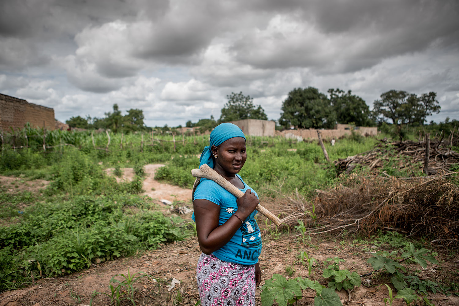 Waraba Doumbia, 16 years (released) ready to go out to the field where she is expected to spend most of her day. Mali's education system remains largely unequal and unfair. Poverty, child labor, the multiple crisis, displacement, gender issues and socio
