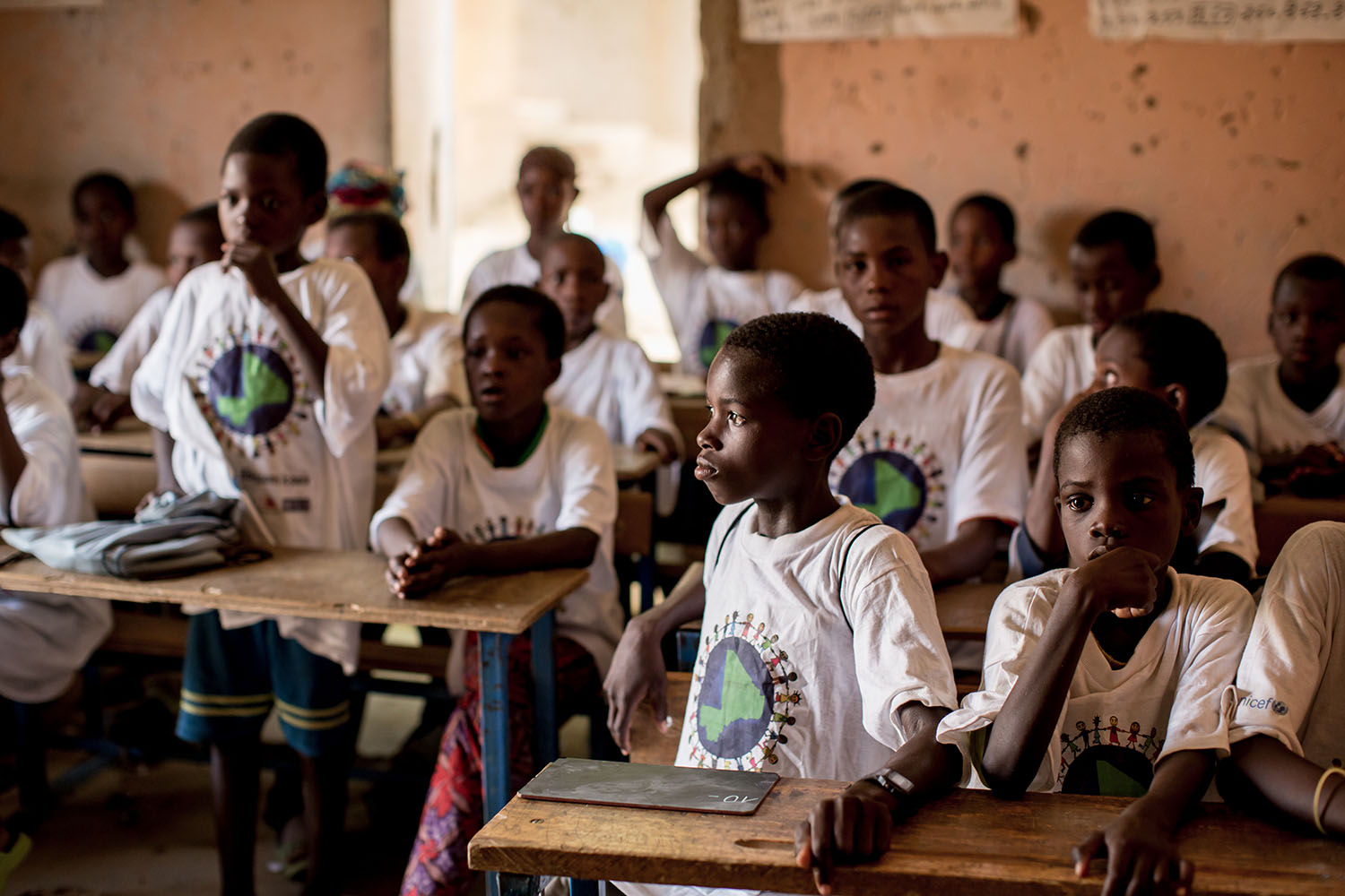 A group of students engage in class at the Accelerated Learning Center of Bourougoundye, Gao where ongoing conflicts in the northern regions of Mali continue to have devastating effects education. UNICEF supports the re-opening of schools and alternative